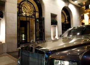 Her på hotel George V bor den kreditt-shoppende prinsessen. Hotellet er eid av hennes nevø.